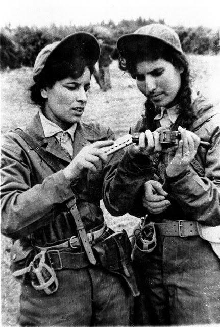 1957, des combattantes du FLN dans le maquis pendant la guerre d'Algérie.